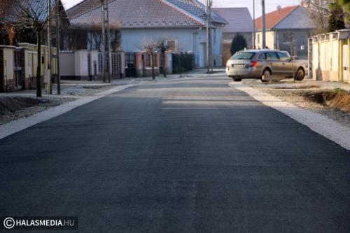 Aszfaltot kapott a Liget utca (galéria) - Halasmédia 4b4752718f