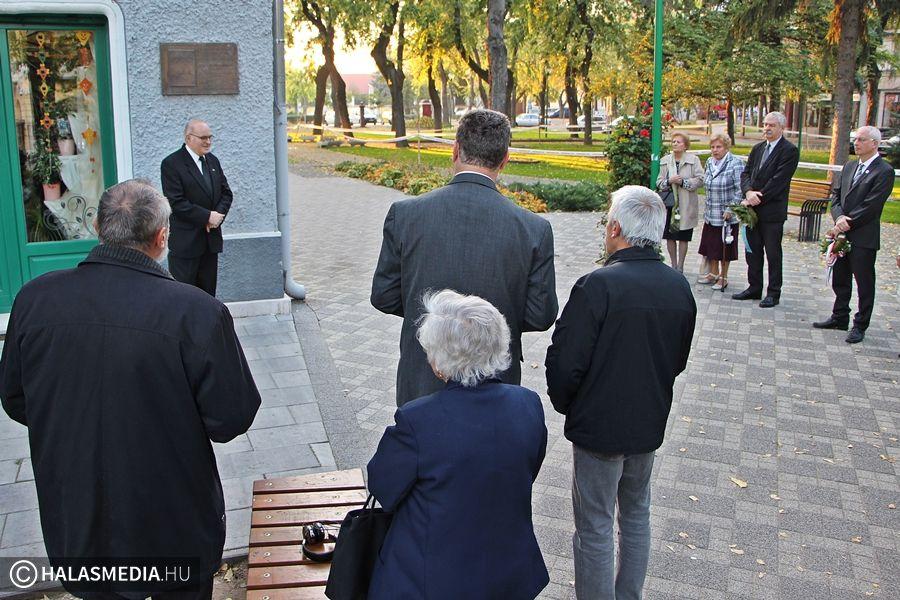 Koszorúval, mécsessel emlékeztek az áldozatokra