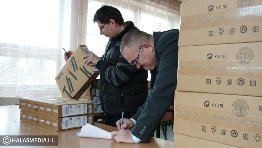 Laptopokat kapott a Felsővárosi-iskola