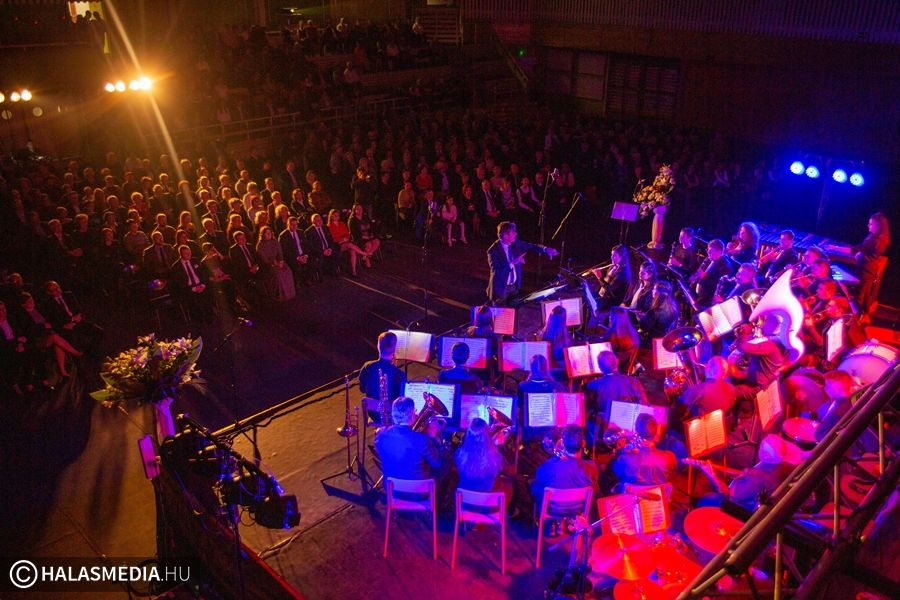 Fergeteges hangulatú koncerttel indult az év Halason