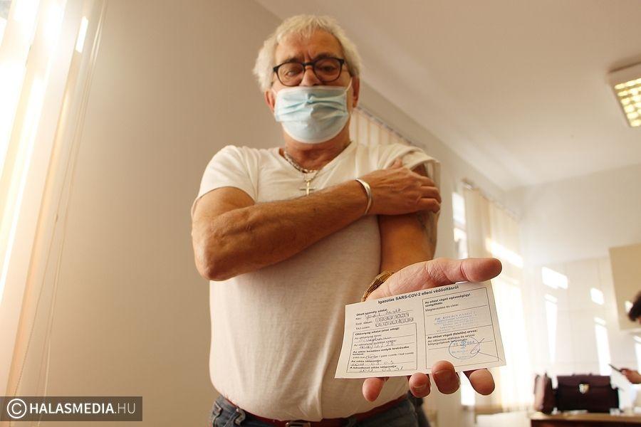 (►) Oltják az idős pácienseket a háziorvosok