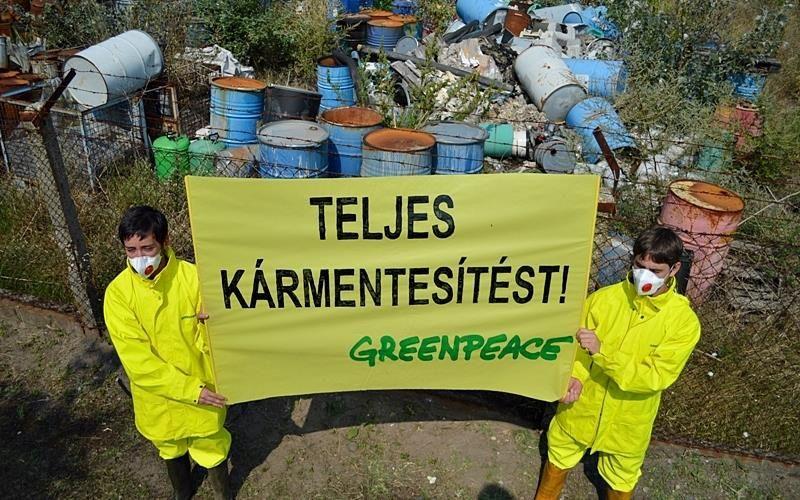Greenpeace-aktivisták a halasi veszélyeshulladék-lerakóknál
