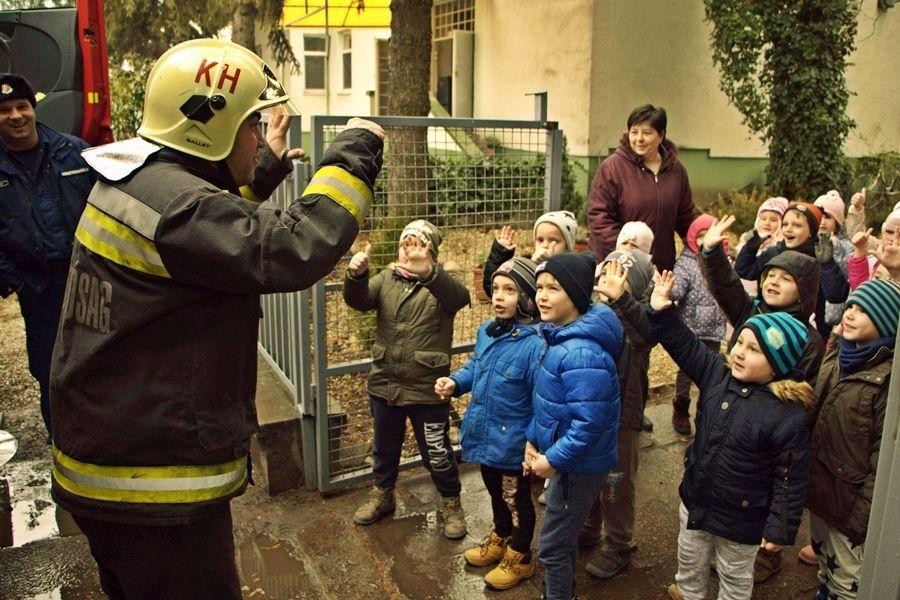 Tűzoltók a Lomb utcai oviban (galéria)