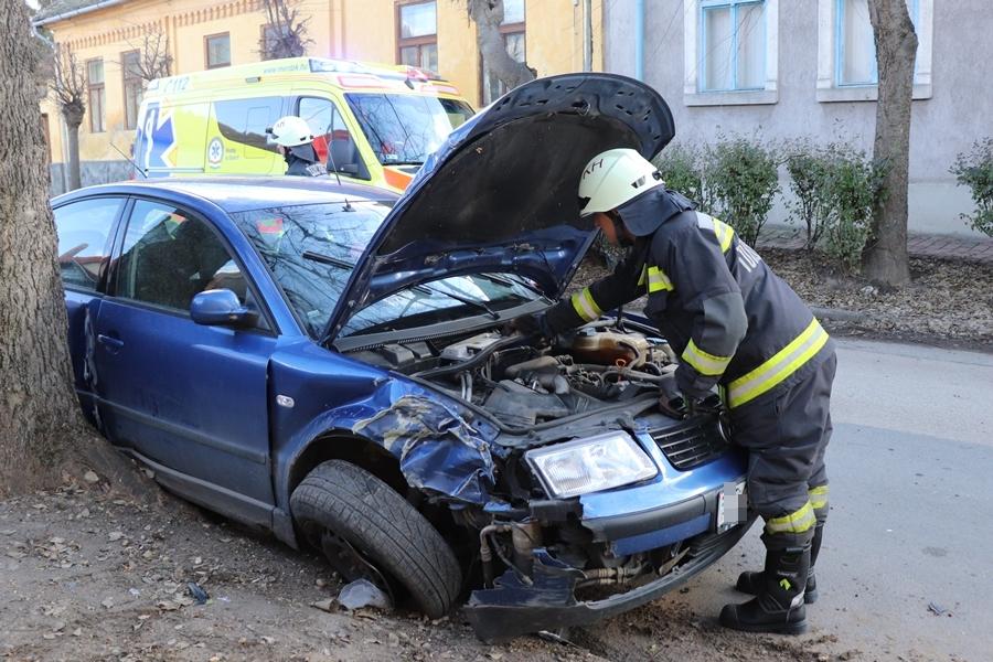 Felborult egy Volkswagen az Alkotmány utcában (galéria)