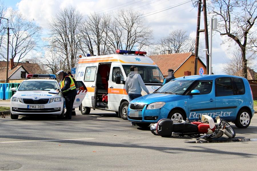 Motor ütközött autóval a kollégiumnál (galéria)