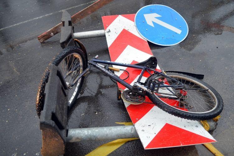 Táblának hajtott a kerékpáros