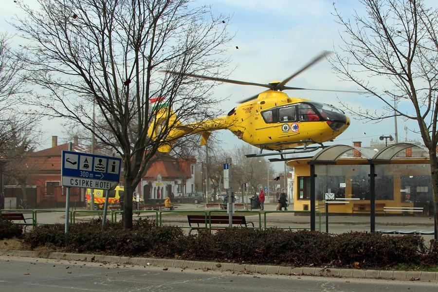 (►) Mentőhelikopter landolt a buszállomáson