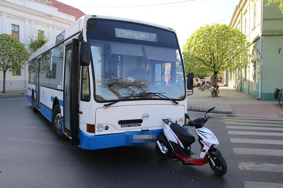 Busz ütközött egy robogóval