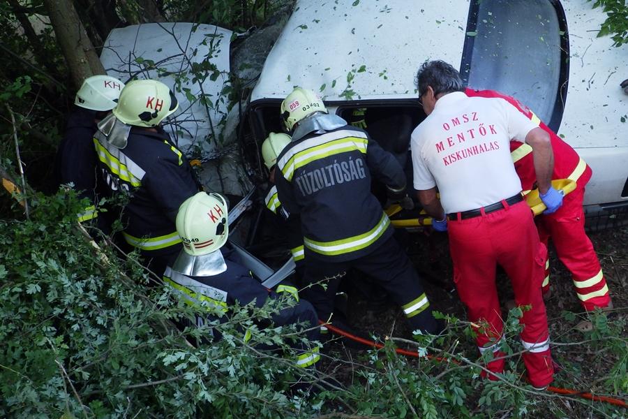 A tűzoltók szabadították ki a sérült sofőrt