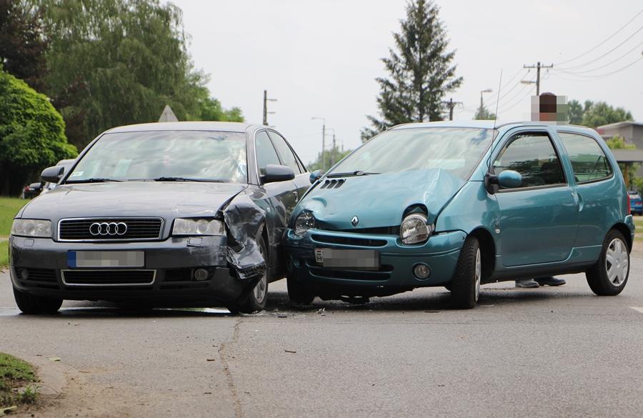 Renault ütközött egy Audinak a kereszteződésben (galéria)