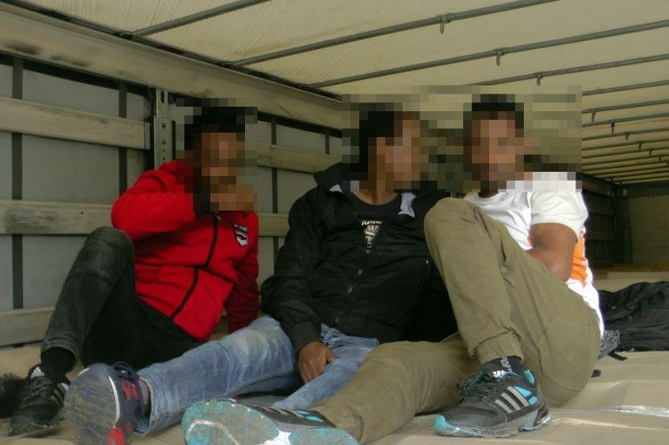 Hat migráns a kamionokban