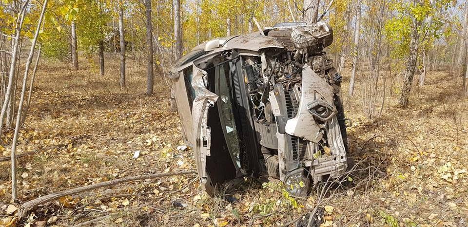 Fák közé hajtott az autó és felborult