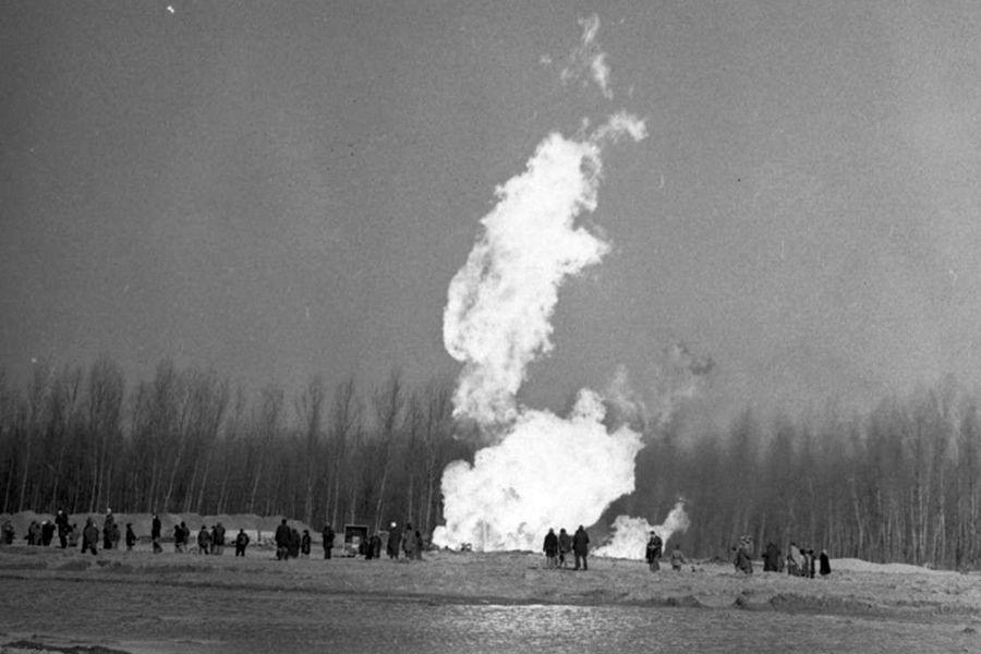 (►)  A zsanai gázkitörésre emlékezünk