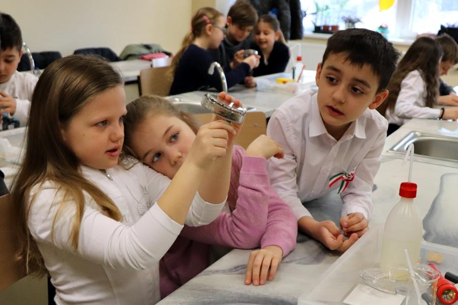 Különleges laborórák az alsó tagozatosoknak a Központi-iskolában (galéria)