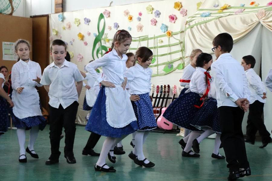 Tavaszébresztő művészeti délután a Központi-iskolában (galériák)