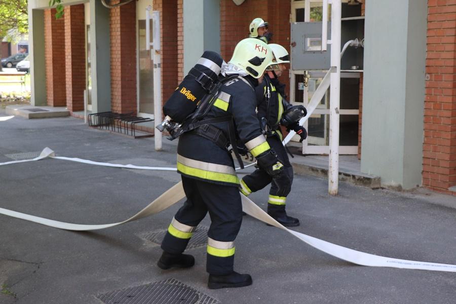 Nem gyakorlat: füst szivárgott a negyedik emeleti ablakból (galéria)