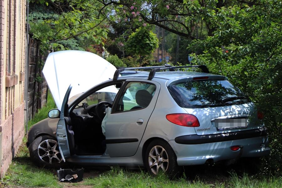 A házfal előtt állt meg a kisodródott Peugeot (galéria)