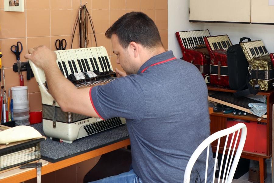 Tényleg van Halason harmonikaműhely?