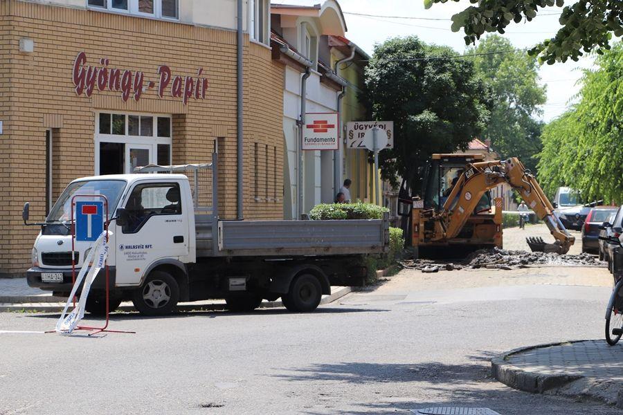 Félpályás lezárás az Árpád utcán