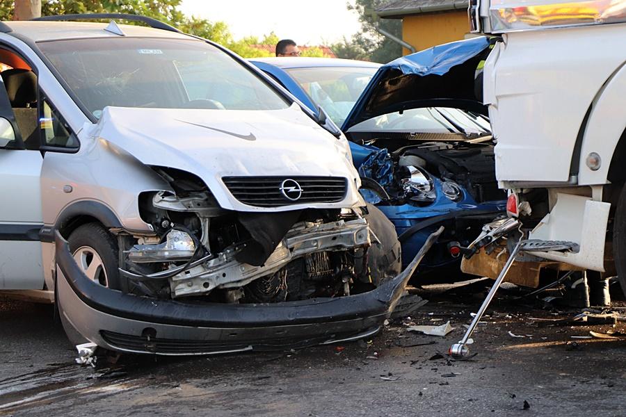 Két autó és egy kamion ütközött az Átlós úti kereszteződésben (galéria)