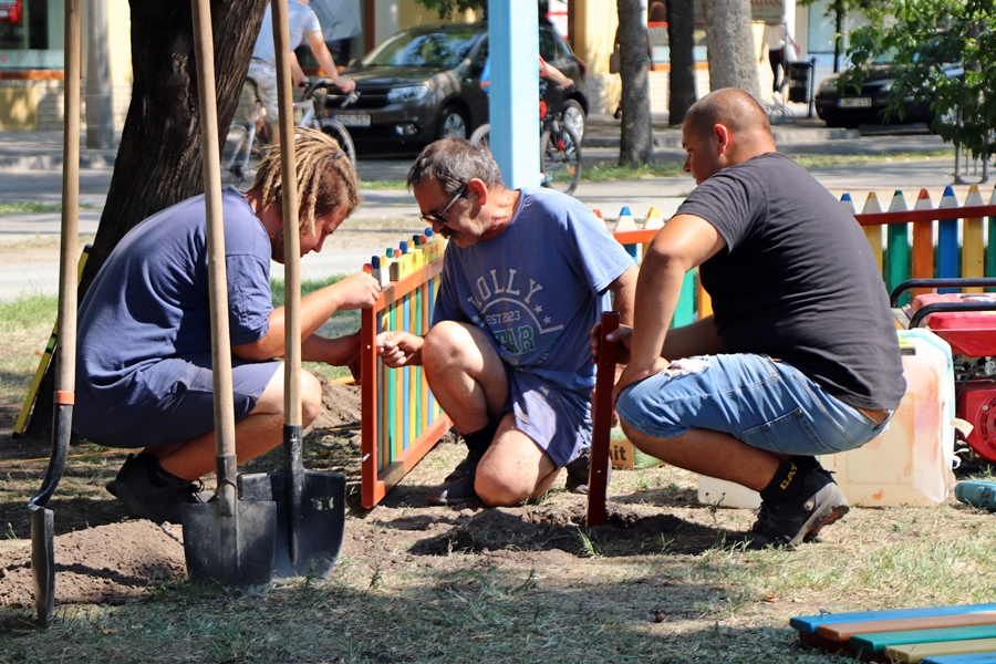 """Ceruzákból """"készült"""" a főtéri játszótér kerítése (galéria)"""