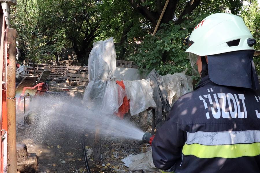 Egy szobában keletkezett tűz a Vadász utcában (galéria)
