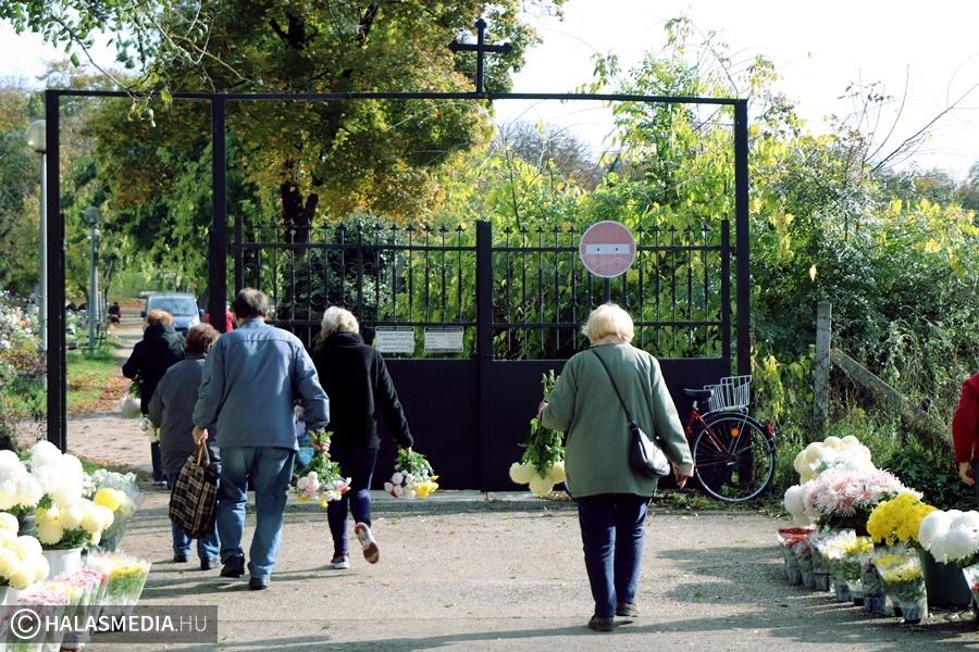 Nagy forgalom a temetőknél (galéria)