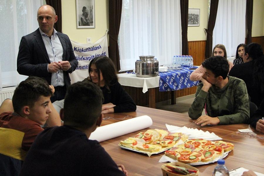 Police Café roma fiatalokkal