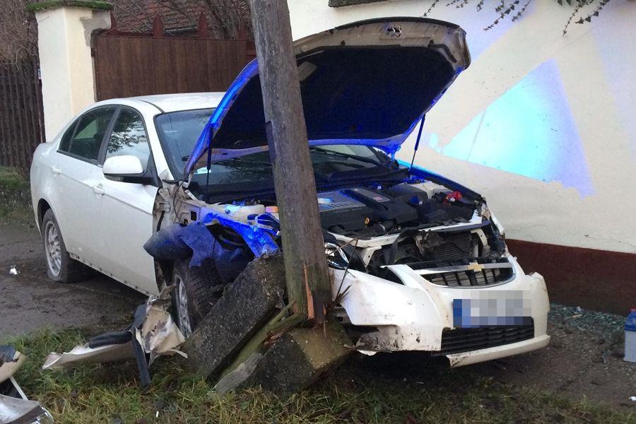 Fának és villanykarónak ütközött egy Chevrolet Jánoshalmán (galéria)