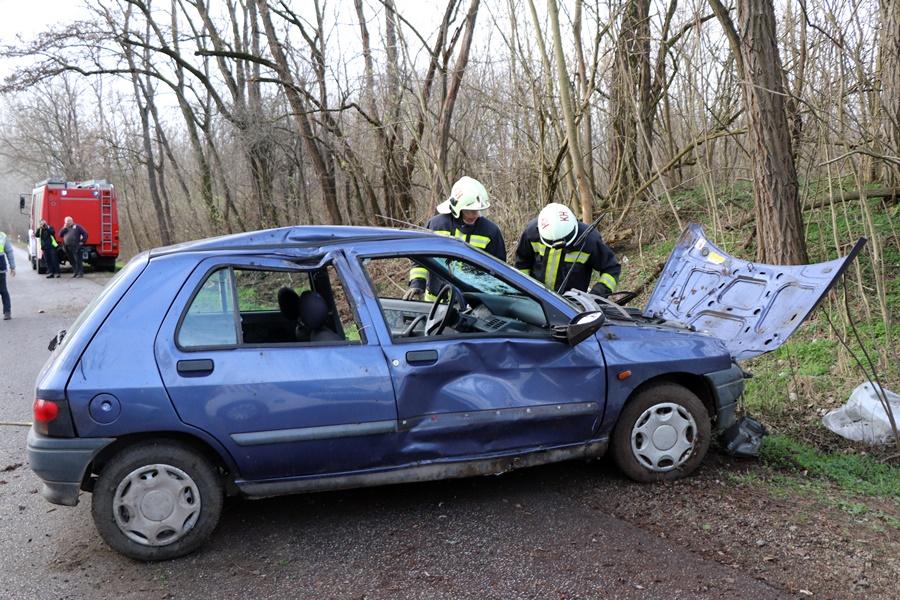 Fának ütközött egy Renault a fehértói úton (galéria)