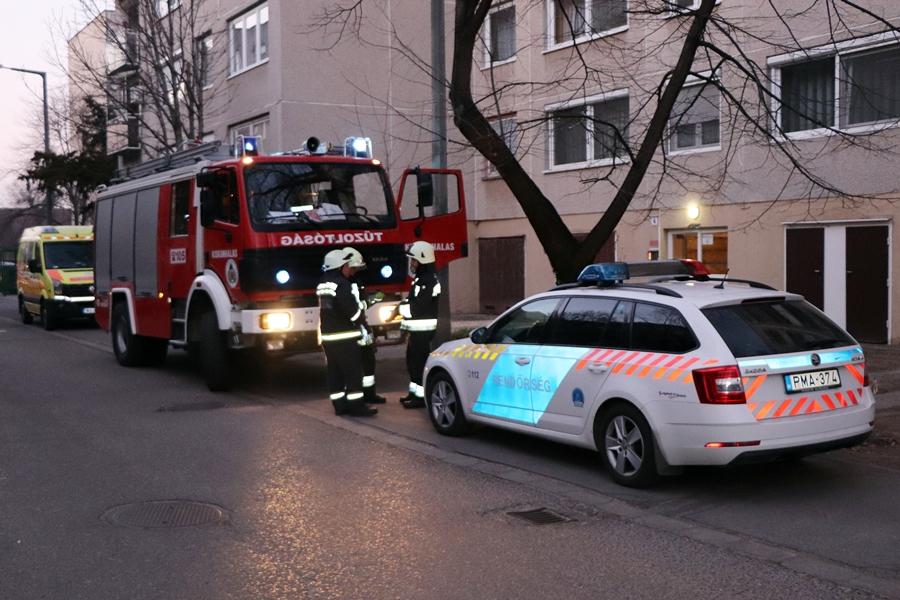 Tűzoltók, mentők, rendőrök segítettek az idős férfinek