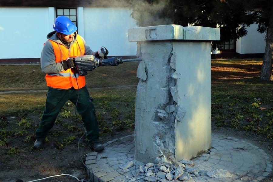 Elbontják a Petőfi Sándor szobrának talapzatát