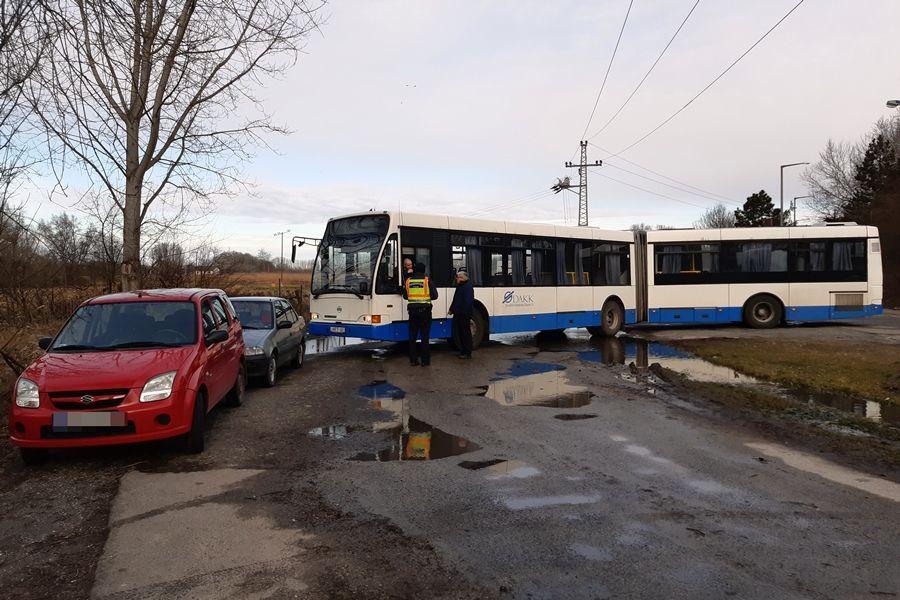 Szabálytalanul parkoló autók miatt álltak meg a buszok
