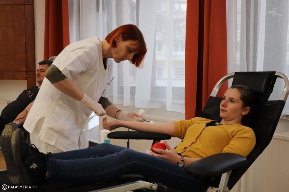 Vért adtak a dékánis diákok, pedagógusok (galéria)