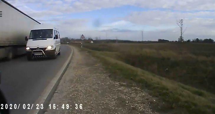 Kamera rögzítette az életveszélyes előzést