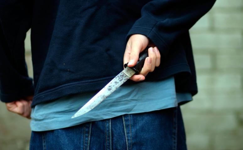 Vádemelés a késes támadó ellen