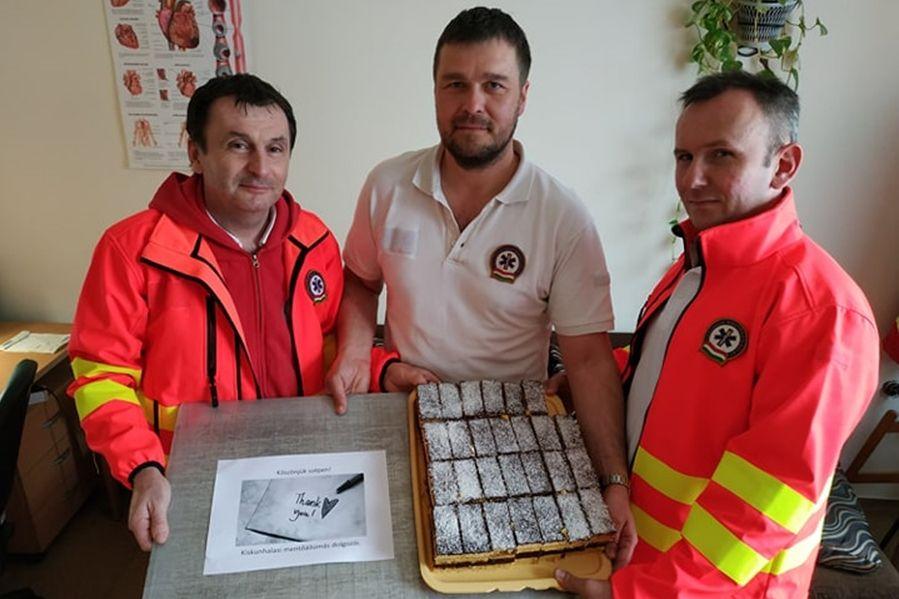 Hűtőszekrény, szárítógép és finom sütemény a halasi mentőknek