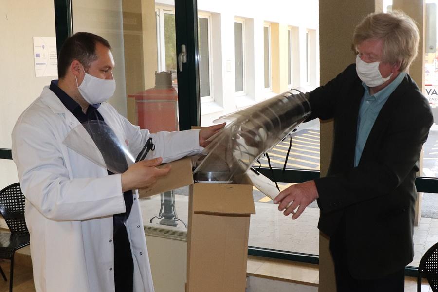 Arcvédő pajzsokat adományozott a kórháznak a szakképzési centrum (galéria)