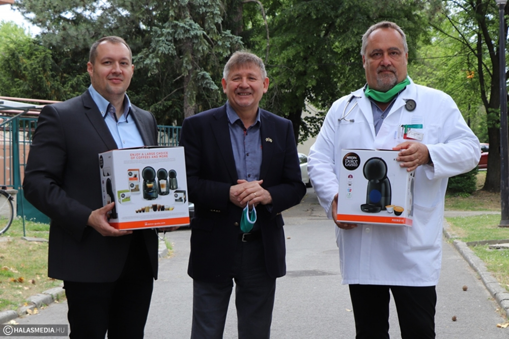 Eszközbeszerzésben segít és kávéfőzőket adott a kórháznak az Akker-Plus Kft. (galéria)