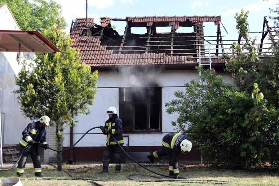 Holttestet találtak a teljesen kiégett házban Tázláron (galéria)