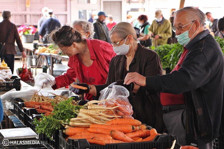 A 65 év felettieknek 11-12 óra között lesz a védett idősáv a piacon