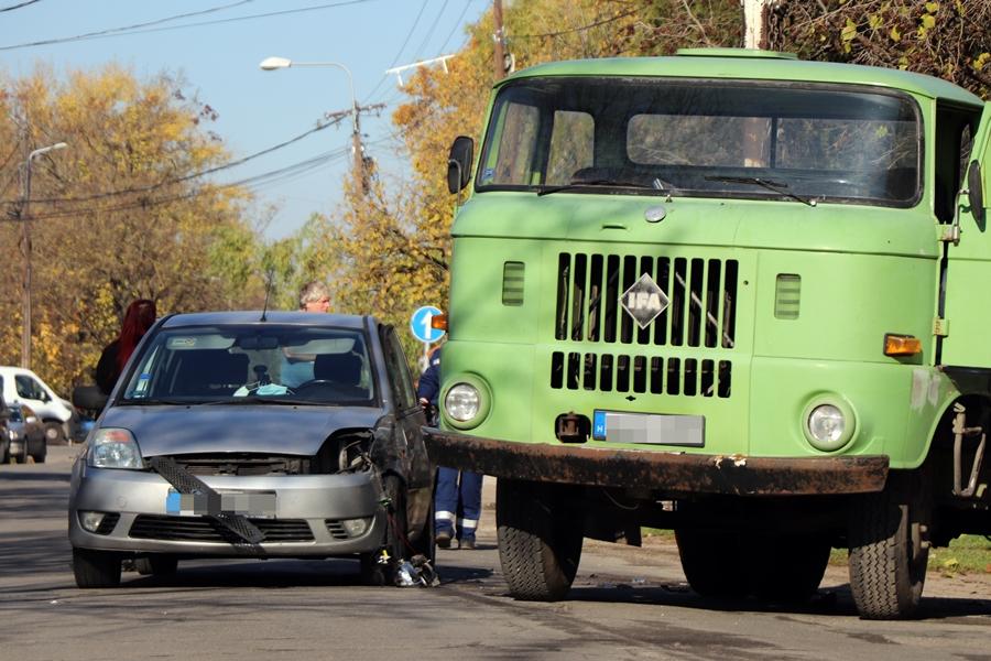 IFA és Ford karambolja a Bajcsy-Zsilinszky utcán