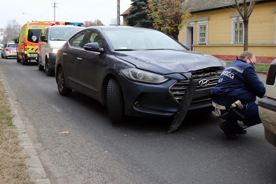 Ütközés a főúton: az egyik sofőrhöz mentőt hívtak (galéria)