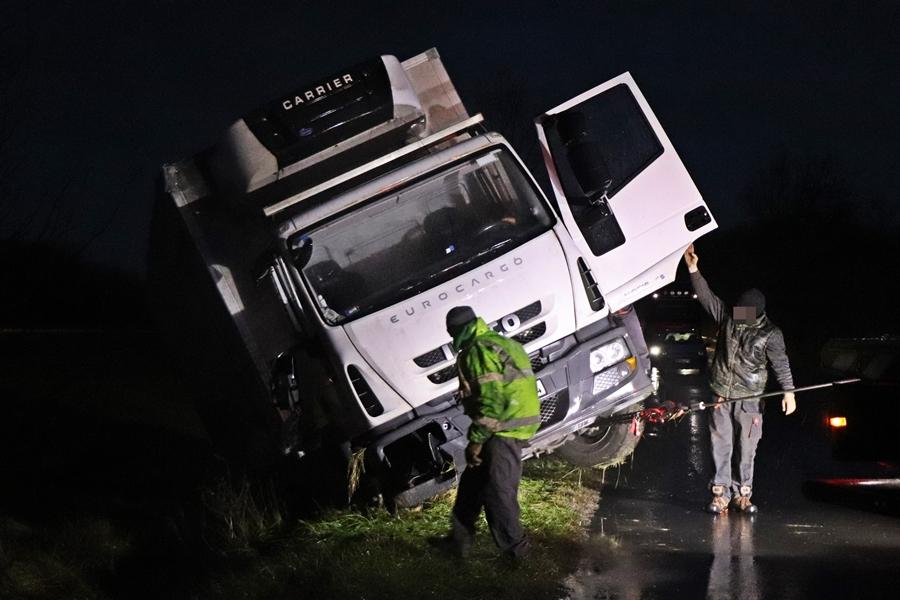 Árokba csúszott teherautót mentettek Kisszállásnál