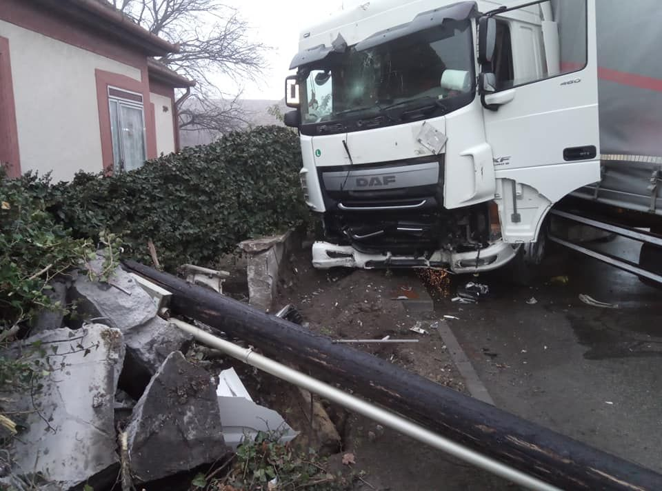 Baleset Mélykúton: autót, oszlopot, gázcsonkot tört a kamion