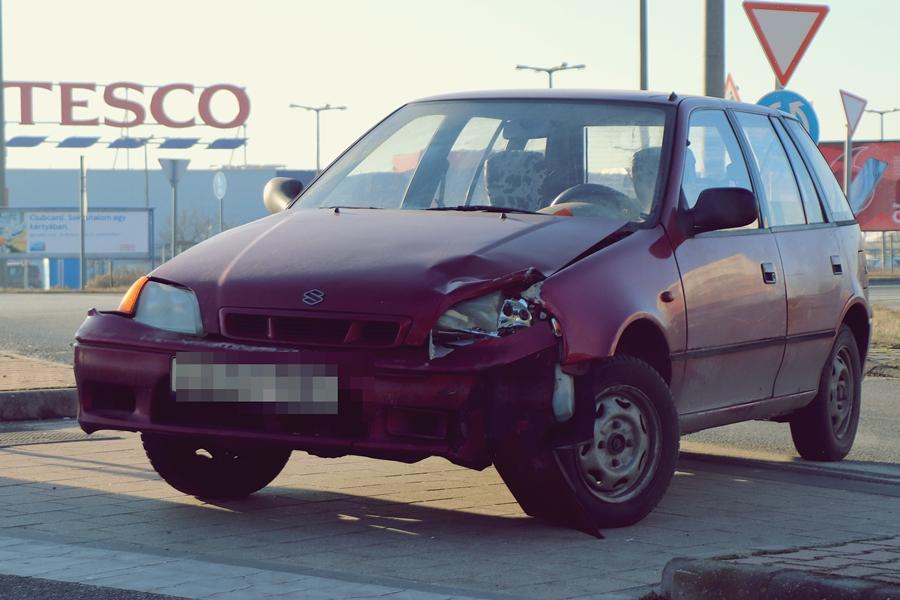 Suzuki és Skoda ütközött a körforgalomban