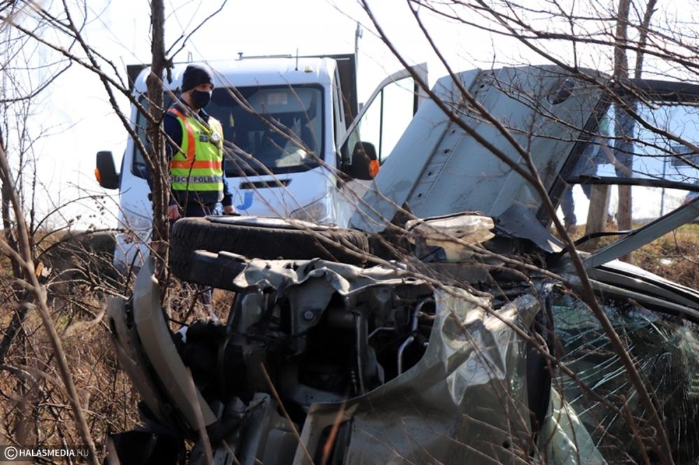 Tejszállító és személyautó ütközött - négy sérültje volt a balesetnek (galéria)
