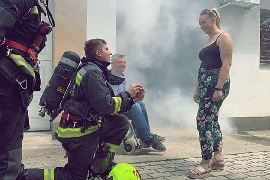 Tűzoltó lánykérés Halason: Vivien igent mondott Gergőnek