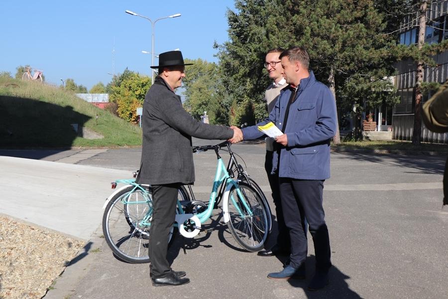Kerékpárokat adományozott a Koliken Kft. a városházának (galéria)