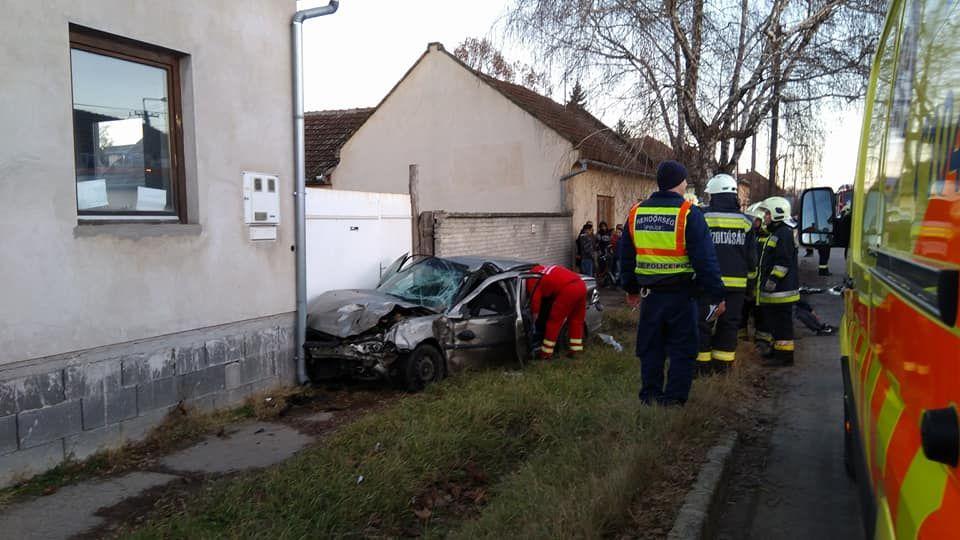 Személyautó és kamion ütközött, négyen megsérültek (frissítve)